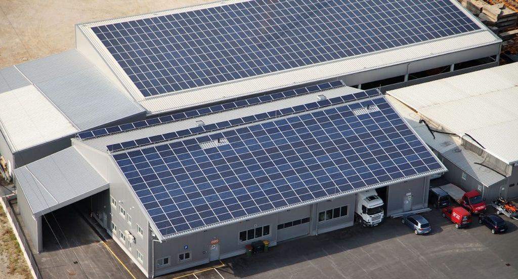 Se pueden mezclar paneles solares de distinta potencia